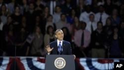 Prezidan Barack Obama ap pale apre anons ofisyèl viktwa li pandan nuit elektoral la nan Chicago, Eta Ilinwa (swa nan nuit 6 pou leve 7 novanm 2012 la).
