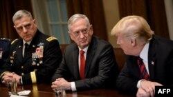 Начальник штаба Армии США Марк Милли, министр обороны Джеймс Мэттис и президент Дональд Трамп
