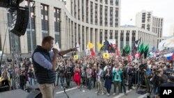 الکسی نوالنی، رهبر مخالفین حکومت روسیه، هنگام سخنرانی در میان حامیان اش