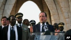 """Presiden Perancis François Hollande dalam pidatonya di Bamako mengatakan, ke-4600 tentara Perancis yang terlibat dalam """"Operasi Serval"""" –berada di Mali – bertempur """"sebagai saudara"""" bersama-sama pasukan Mali. Berdiri disampingnya adalah Presiden Mali Dioncounda Traoré, kedua dari kiri (foto, 2/3/2013)."""