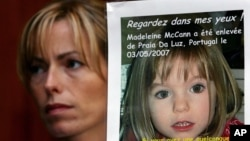 Kate McCann sostiene un poster con la foto de su hija, Madeleine McCann, durante una de las campañas desarrolladas en su búsqueda, en Rabat, Marruecos.