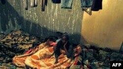 Người di cư châu Phi ngủ trong một căn phòng bên trong một cửa hiệu gần biên giới Ai Cập-Israel trong khi chờ được nhập lậu vào Israel