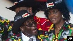 Le président zimbabwéen Robert Mugabe sourit en assistant à ses célébrations du 93e anniversaire avec sa femme Grace, à droite, à Matopos, dans la banlieue de Bulawayo, 25 février 2017
