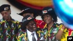 Perezida Robert Mugabe wa Zimabwe ariko ahimbaza imyaka 93 y'amavuko n'umutambukanyi wiwe Grace Mugabe, i Bulawayo, 25 février 2017