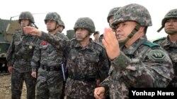 이순진 한국 합참의장(가운데)이 7일 오후 경기도 여주 남한강 육군30기계화보병사단 쌍방 기동훈련에 참석해 훈련 상황을 점검하고 있다.