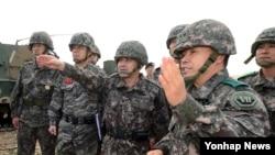 이순진 한국 합참의장(가운데)이 지난 7일 경기도 여주 남한강 육군30기계화보병사단 쌍방 기동훈련에 참석해 훈련 상황을 점검하고 있다.