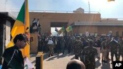 İraq şiə yarı-hərbi dəstələri ABŞ səfirliyi önündə. Bağdad, İraq. 31 dekabr, 2019.