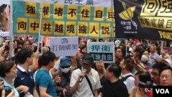 林荣基(持麦)参加6月18日抗议游行(美国之音海彦拍摄)
