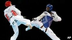 2012 런던 올림픽 태권도 남자 80kg 초과급 금메달 결승전에서 가봉 선수 오배임과 이탈리아 선수 몰페타가 경기를 치르고 있다. (자료사진)
