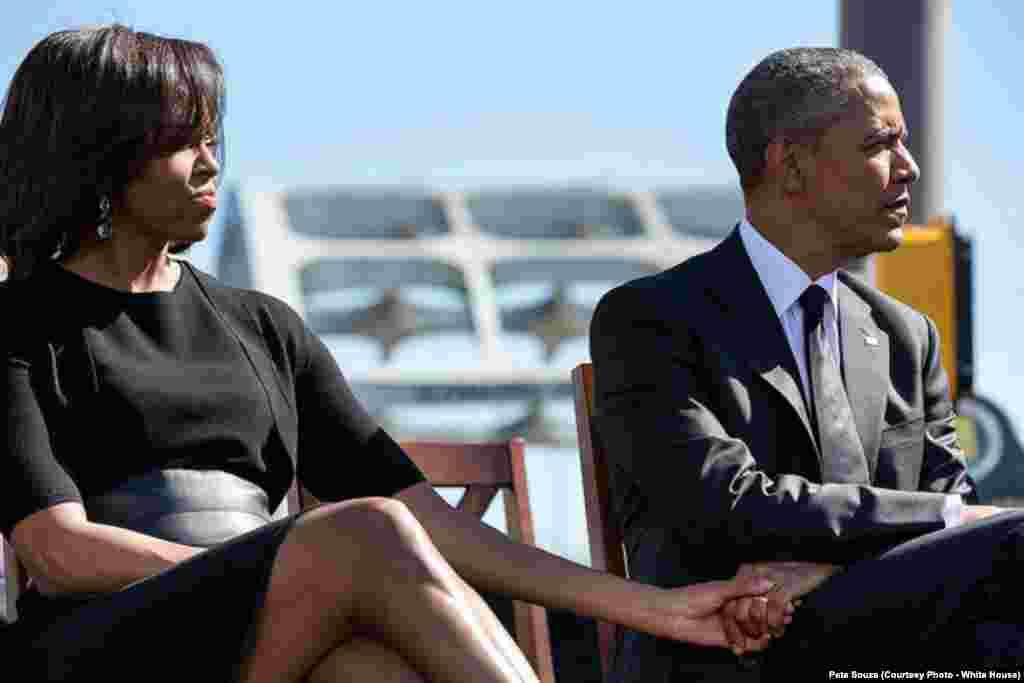Le président américain et la Première dame se tiennent les mains lors de leur visite à Selma, le 7 mars 2015.