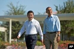 """美国总统奥巴马和中国主席习近平在美国加州的""""阳光之乡""""散步(2013年6月8日)"""