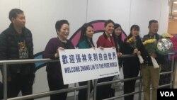 親友在肯尼迪國際機場歡迎張林抵達紐約(從右至左:張林,張安妮,張儒莉,瑞吉·利特爾約翰,張菁,陳立群,姚誠)(美國之音久島拍攝)