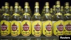 El presidente Barack Obama ya había levantado parcialmente la prohibición de cinco décadas a la importación de ron y cigarros cubanos.