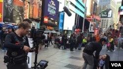 Salah satu adegan film 'Terjebak Nostalgia' mengambil tempat di Times Square, New York. (VOA/Vena Dilianasari)