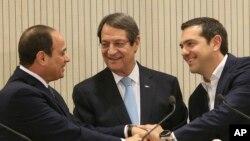 Serokê Qibrisê Nicos Anastasiades, Serokwezîrê Yunanî Aleksis Tsipras û Serokê Misirê Sîsî destên hev digirin (Arşîv)