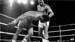 Oct. 30, 1974: Muhammad Ali akimwangusha George Foreman katika pambano lao Kinshasa, Zaire.