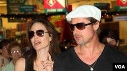 Angelina Jolie dan Brad Pitt berbelanja Natal di sebuah pusat perbelanjaan di Windhoek, Namibia, 23 Desember 2010.