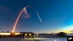 Esta imagen muestra el lanzamiento de la cápsula espacial Starliner, de Boeing, a bordo de un cohete Atlas V desde Cabo Cañaveral, Florida, el viernes, 20 de diciembre del 2019.
