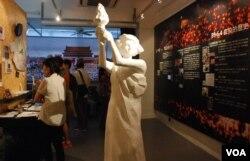 香港支聯會今年成立臨時六四紀念館,一個多月展期吸引18,800人次參觀,館内摆放有民主女神像(美國之音湯惠芸)