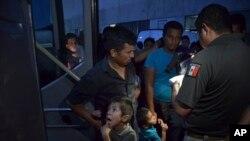 La nueva norma de EE.UU., en vigor desde el martes 16 de julio de 2019, rechaza el asilo a cualquiera que aparezca en la frontera mexicana tras haber viajado por otro país, algo que los migrantes centroamericanos deben hacer.