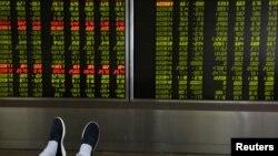 2018年6月6日,中国北京一个证券营业部屏幕上显示的股市走势.