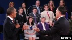Los candidatos Barack Obama y Mitt Romney debaten mientras en el fondo observa Jeremy Eptein (en el óvalo).