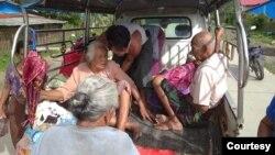 တိုက္ပြဲျဖစ္ပြါးရာ ခ်ိန္ခါလီေက်းရြာမွ ပိတ္မိသူ သက္ၾကီးရြယ္အိုမ်ားကို ကယ္ထုတ္စဥ္။ (ဓါတ္ပုံ -MP Oung Thaung Shwe)