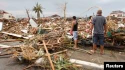 Preživeli procenjuju štetu posle naleta Haijana na grad Takloban u centralnim Filipinima