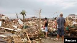 11月9日在菲律宾中部,台风幸存者在评估台风造成的损失。