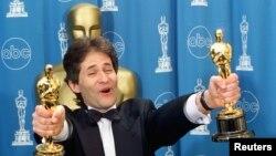 "James Horner memegang dua piala Oscar untuk komposisi musik dan lagu orisinal film ""Titanic"", 1998."
