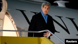 U.S. Secretary of State John Kerry arrives at the Vienna International Airport for talks on Iran's disputed nuclear program in Vienna, Nov. 20, 2014.