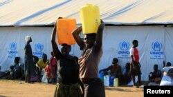 Des femmes ayant fui le Soudan du Sud, a la recherche du liquide précieux, après leur arrive au camp de réfugiés de Bidi Bidi, en Ouganda, le 7 décembre 2016.
