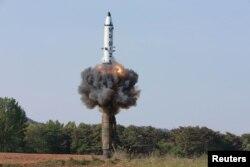 북한의 중장거리 전략 탄도탄 '북극성 2형' 시험발사 장면을 22일 조선중앙통신이 보도했다.