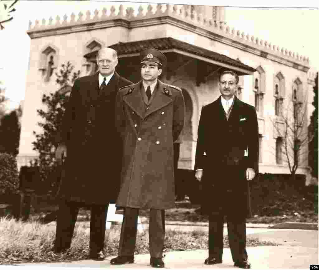 نصرالله انتظام (راست) ، محمدرضا شاه پهلوی (وسط)، وزیر دفاع آمریکا (چپ)