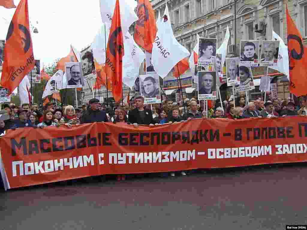 前副总理尼缅佐夫和雷日科夫领导游行队伍。(美国之音白桦拍摄)
