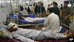 Các nạn nhân bị thương trong vụ đánh bom ở khu chợ đông người ở thị trấn Parachinar thuộc vùng bộ tộc Kurram gần biên giới với Afghanistan, ngày 27/7/2013.