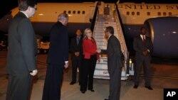El embajador Thomas Shannon acompaña a la secretaria Clinton a su arribo a Brasil donde fue saludada por representantes locales.