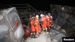 3月7日救援人員繼續在泉州市倒塌酒店現場進行挖掘