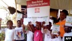 Les jeunes filles âgées de 10 à 12 ans ont pris part à une causerie éducative organisée par le Renata à l'occasion de la journée internationale de la jeune fille, à Yaoundé, le 12 octobre 2020. (VOA/Emmanuel Jules Ntap)