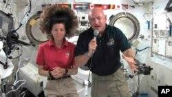 국제우주정거장 승무원들이 우주에서 기자회견을 하고 있다. (자료사진)