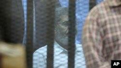 Misr sobiq Prezidenti Muhammad Mursiy panjara ortida o'tiribdi, Misr, 21-aprel, 2015-yil