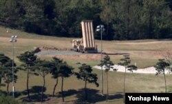 1일 한국 경북 성주군 성주골프장에 사드 발사대가 하늘을 향하고 있다.