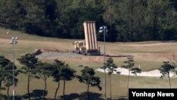 Sebuah terminal sistem pertahanan rudal (THAAD) dipasang di lokasi bekas lapangan golf di Seongju, Korea Selatan, 1 Mei 2017.