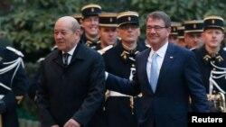Menteri Pertahanan Amerika Serikat Ashton Carter (kanan) bersama Menteri Pertahanan Perancis Jean-Yves Le Drian (kiri) menuju lokasi pertemuan tujuh Menteri Pertahanan di Paris, Perancis (20/1).