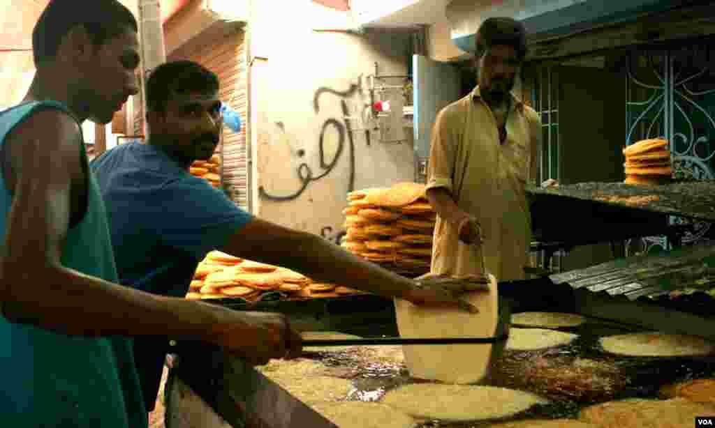 لیاقت آباد میں رمضان کی آمد سے دو دن پہلے کھجلا اور پھینیاں تیاری کی جارہی ہیں