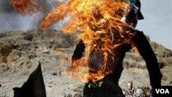 Manifestantes en Afganistán quemaron una efigie del pastor Jones, en medio de violentas proptestas después de que el religioso quemara una copia del Corán.