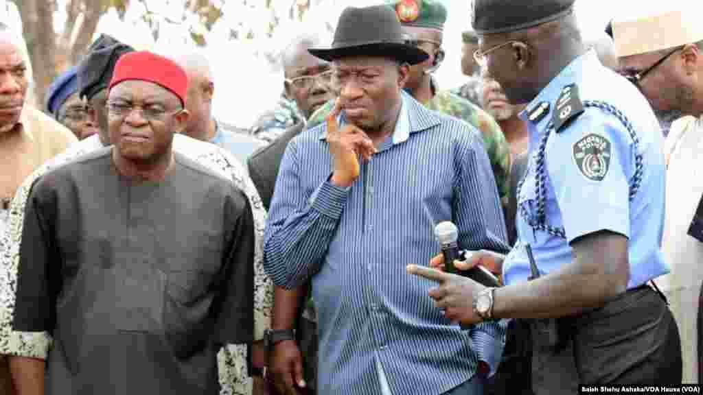 Shugaban Najeriya, Goodluck Jonathan a wajen harin bom a Nyanya, kilomita 16 daga tsakiyar birnin Abuja, Afrilu 14, 2014.