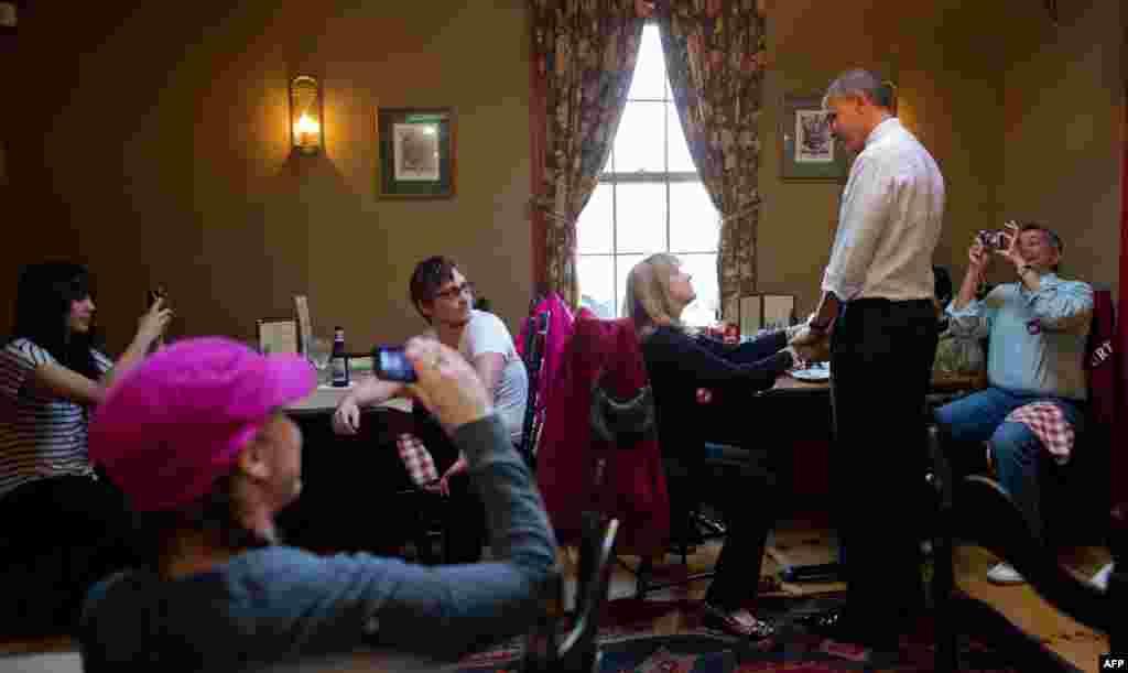 Barack Obama salue des clients dans le restaurant Common Man à Merrimack, dans le New Hampshire