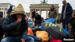 زبردستی وطن واپسی کے خلاف افغان پناہ گزینوں کا برلن میں مظاہرہ۔ فائل فوٹو
