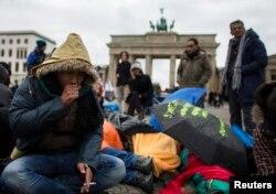 Berlin'de Brandenburg kapısı önünde açlık grevine giden bir Afgan sığınmacı